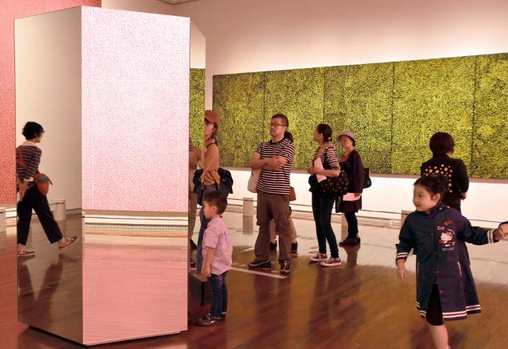 親子連れなどでにぎわう草間弥生さんの特別展=16日、松本市美術館