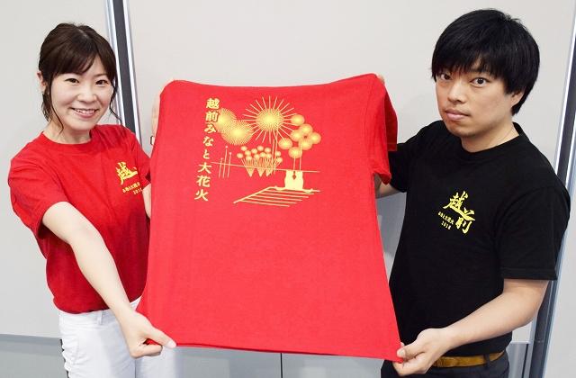 完成した「越前みなと大花火」のTシャツ=福井県の越前町越前コミュニティセンター