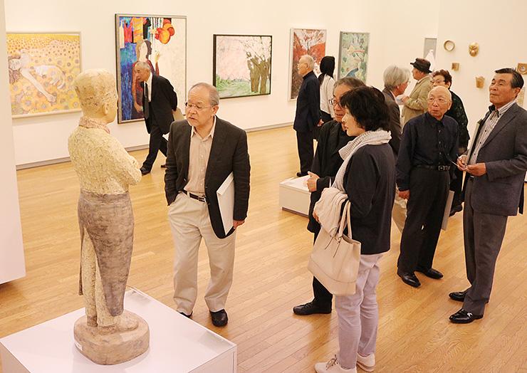 さまざまな作品を楽しむ来場者=砺波市美術館