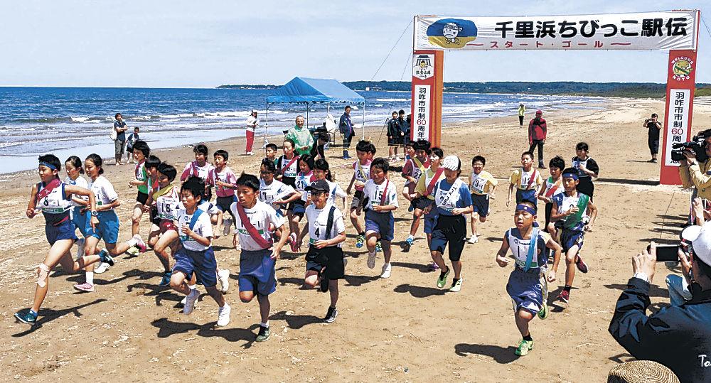 砂浜を駆ける選手=羽咋市の千里浜海岸