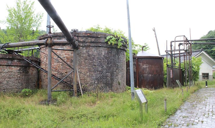 石油を採掘していた当時のまま残されている新津油田金津鉱場跡のタンク=新潟市秋葉区