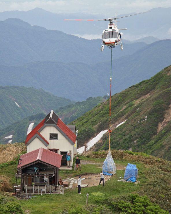 飯豊連峰の頼母木小屋に物資を運ぶヘリ=15日