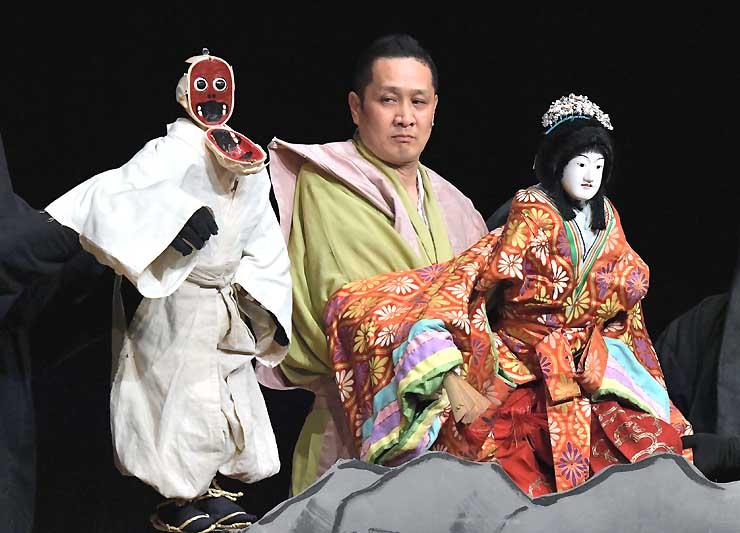 信州・まつもと大歌舞伎の関連公演として演じられた「淡路人形浄瑠璃」。面が早変わり(左)すると歓声が上がった=17日、松本市のキッセイ文化ホール