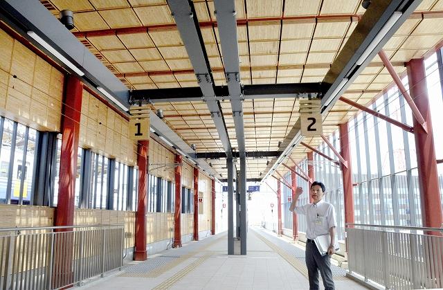 大本山永平寺をイメージし、天井に県産杉材を使ったパネルをはめ込んだ2階部分=6月17日、福井県福井市