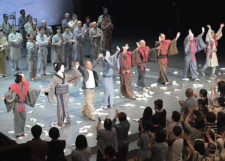 千秋楽の公演を終えてあいさつする出演者ら=18日午後9時すぎ、松本市まつもと市民芸術館