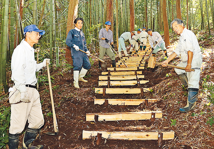 階段を増設する山崎区長(左)ら参加者