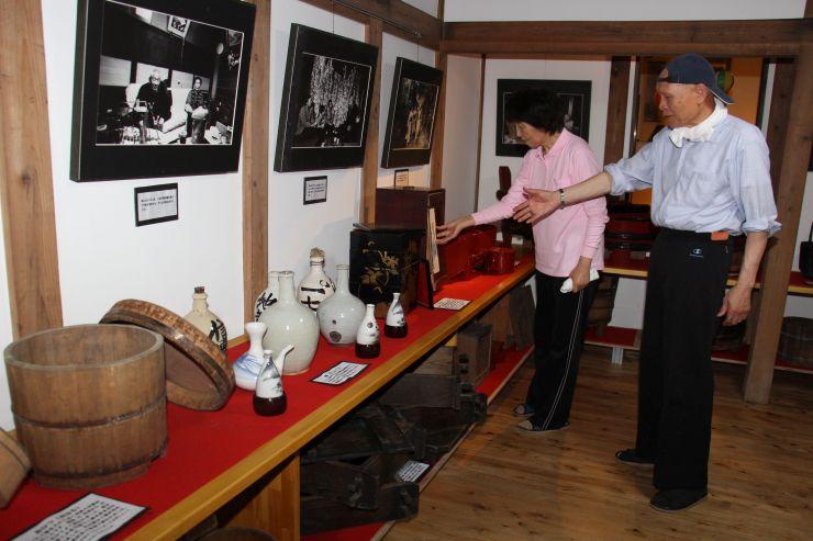 昔の暮らしを物語る家財道具などを展示する資料館=燕市国上