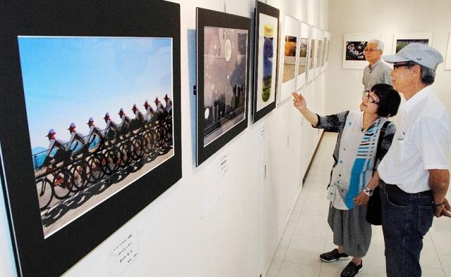 テーマ性豊かな会員たちの連作が並ぶ「フォトSunSun」の写真展=6月19日、福井県鯖江市まなべの館