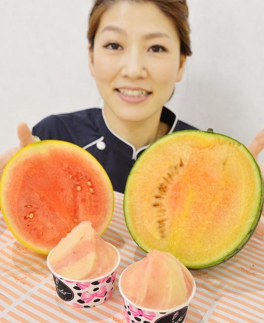 金福すいか(左)と銀福すいかを使ったジェラートと、開発した森國さん=6月18日、福井市河増町の「喜ね舎愛菜館」