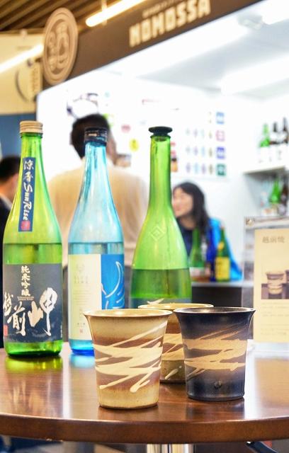 越前焼の酒器で地酒の提供を始めた立ち飲みバー「NOMOSSA」=6月20日、福井市のJR福井駅コンコース