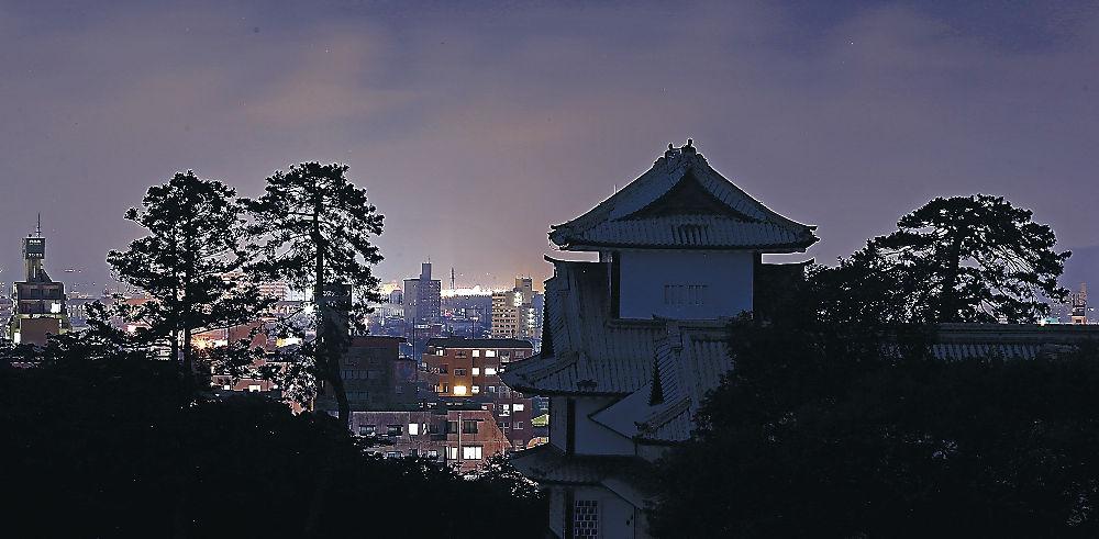 ライトダウンキャンペーンで照明が消えた金沢城菱櫓=21日午後8時半、金沢城公園