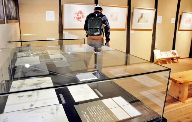 戦争を題材にちひろが描いた絵や資料が並ぶ「平和への願い」展=6月20日、福井県越前市の「ちひろの生まれた家」記念館