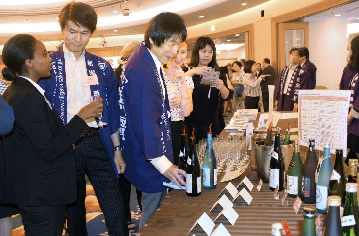 セミナーで参加者の人気を集めた新潟県の試飲コーナー=21日、東京都内