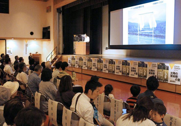 「大地の芸術祭」の総合ディレクター、北川フラムさんが見どころを話した企画発表会=十日町市