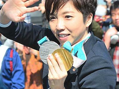小平選手が列車出迎え 8月1日、茅野駅「一日駅長」