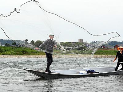 川面に投網舞う 県内、アユの網漁解禁