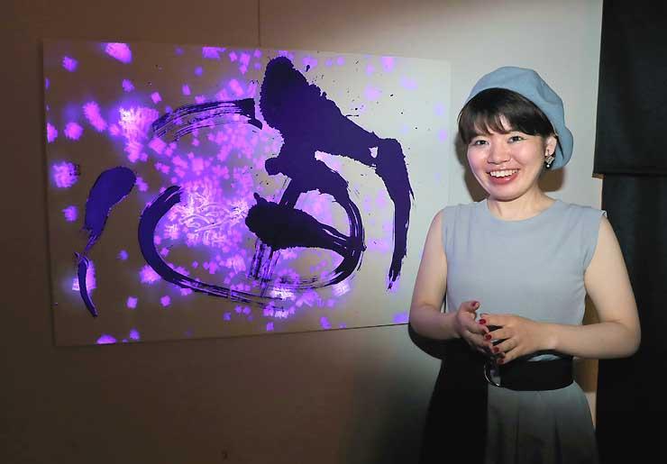 29日から県飯田創造館で個展を開く和全さん。「宙」と題したプロジェクションマッピング作品も展示する