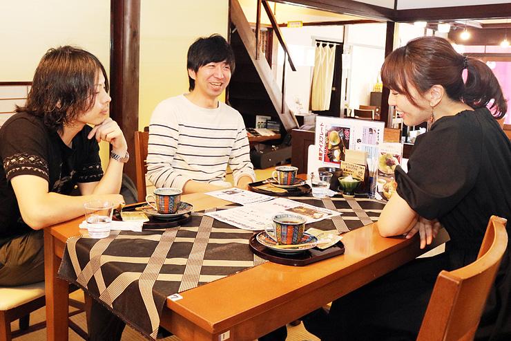 ライブの打ち合わせをする宮田さん(右)、山崎さん(中央)、荻野さん=山町茶屋