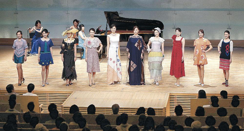 華やかな衣装に身を包み、グランドフィナーレを飾る出演者=北國新聞赤羽ホール