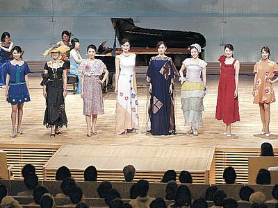 華やか新作ファッション 北國新聞赤羽ホールでショー