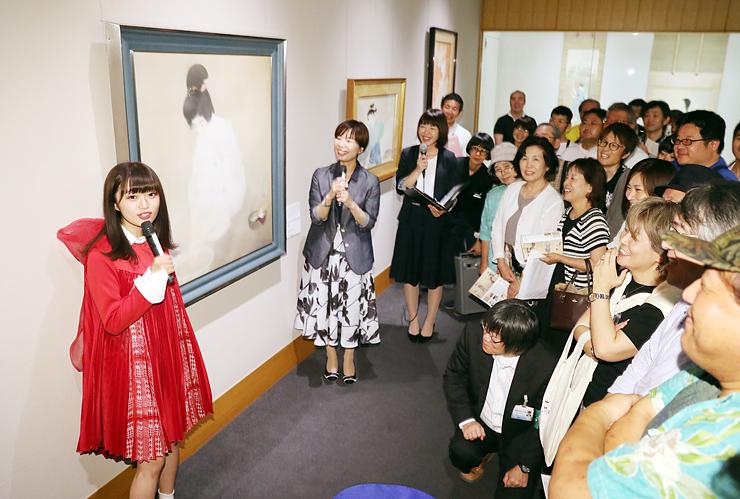 作品を鑑賞しながら鬼頭学芸員(左から2人目)と対談する中井さん(左)=県水墨美術館