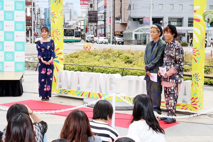 モニュメントを除幕し、TGCをPRする近藤千尋さん(左)と広海・深海=富山駅前広場