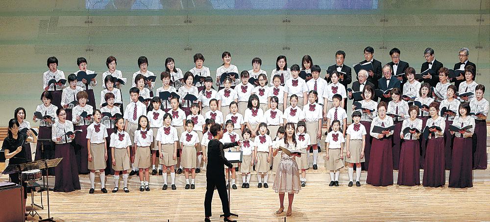 合同ステージで伸びやかな歌声を披露する出演者=北國新聞赤羽ホール
