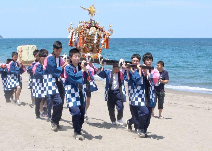 みこしを担いで海開きを祝う潮陵中の生徒たち=24日、上越市長浜