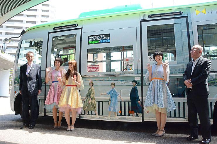 ねぎっこがデザインなどを担当したラッピングバスの完成発表会=24日、新潟市中央区