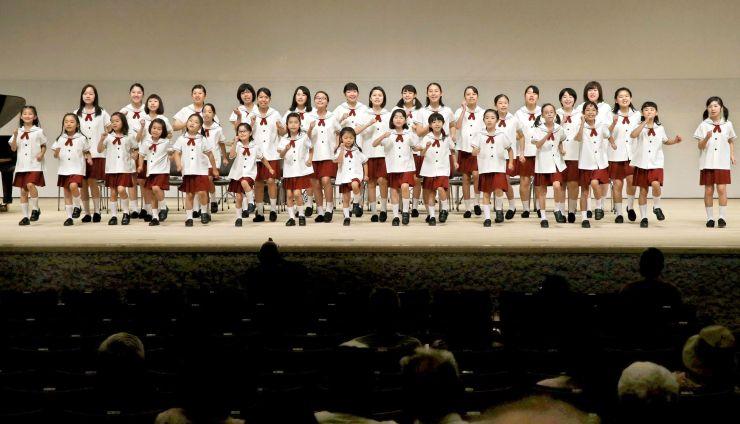 コンサートも行われた長岡市立劇場の内覧会=24日、長岡市幸町2