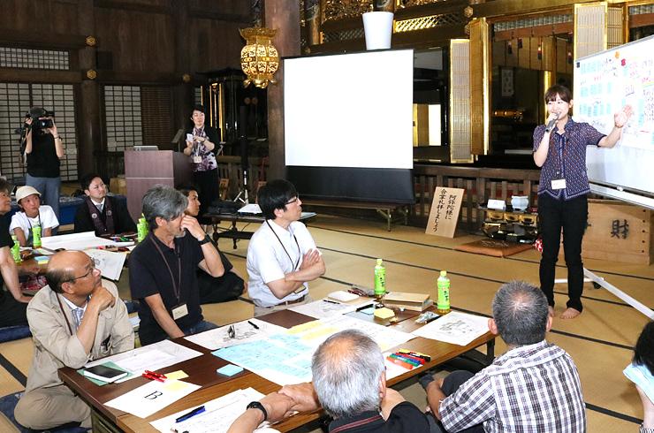 勝興寺を活用したイベントの案を発表する参加者