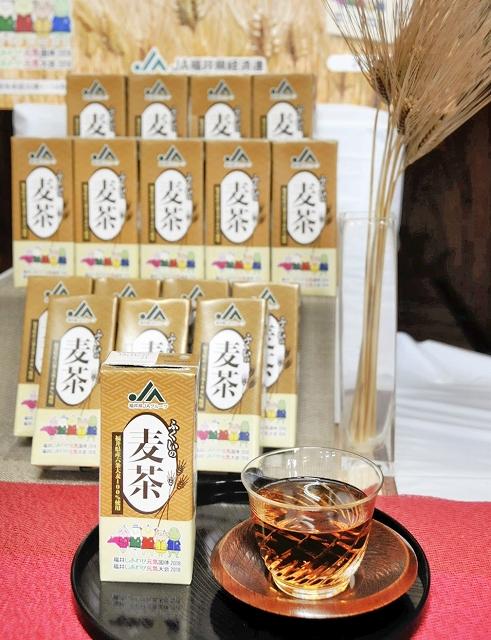 JA福井県経済連が県産六条大麦を使って商品化した紙パックの麦茶=6月25日、福井県福井市の県農業会館