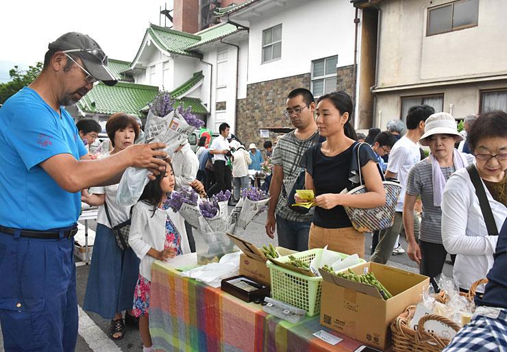 大勢の買い物客が訪れた前回の上諏訪温泉朝市初日=2017年7月16日