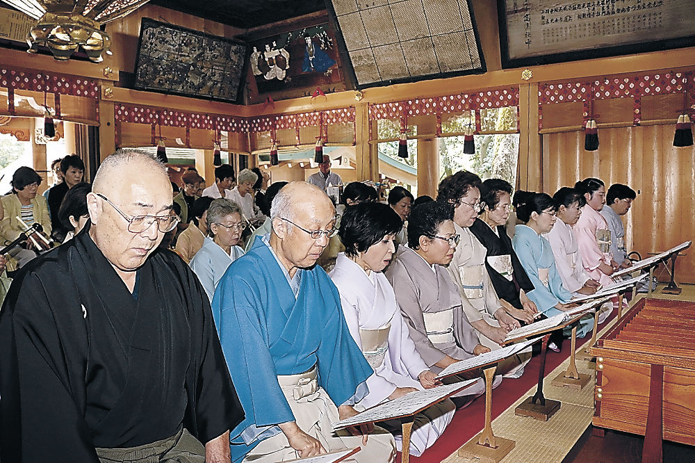 厳かな曲を披露する参加者=小松市の安宅住吉神社
