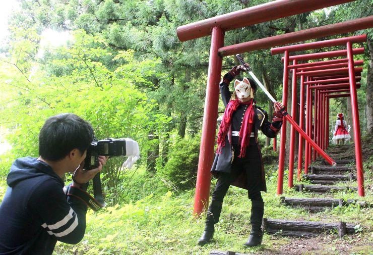 イベントの宣伝写真撮影会で、ポーズをとるコスプレイヤー=佐渡市徳和の東光寺