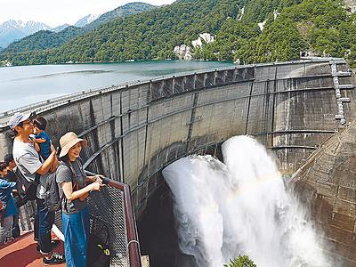 水しぶき大迫力 黒部ダム、観光放水始まる