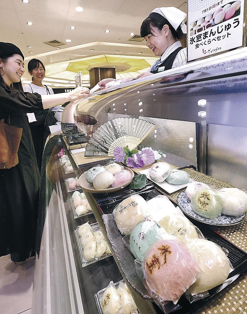 店頭に並んだ氷室まんじゅう=金沢市の香林坊大和