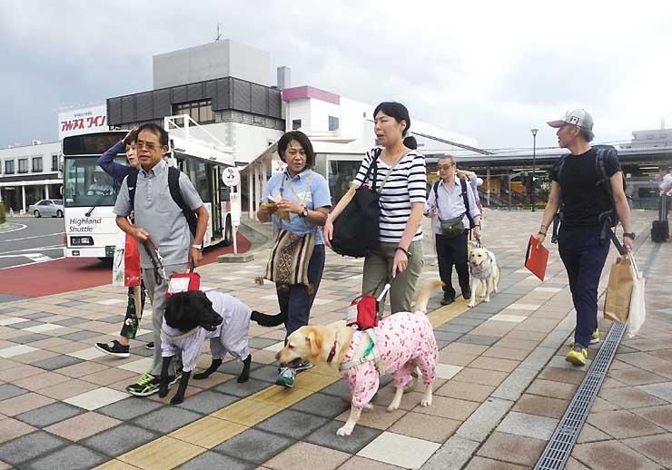 盲導犬を連れて塩尻駅に降り立ったツアー参加者たち