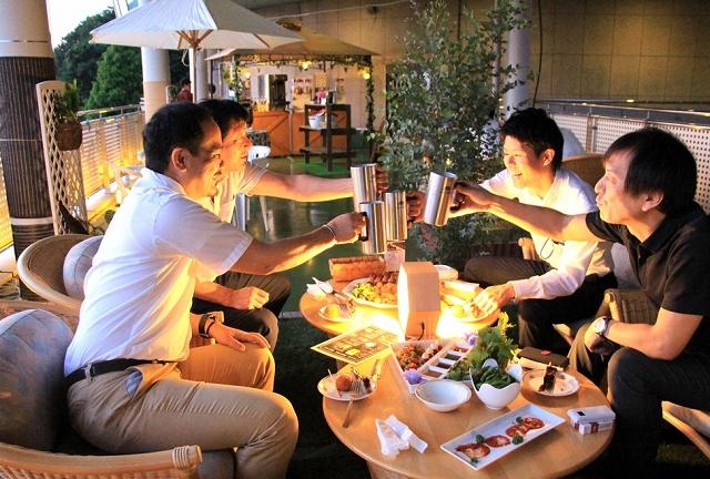 リラ・ポートの展望デッキに開設されたビアテラス=6月22日、福井県敦賀市