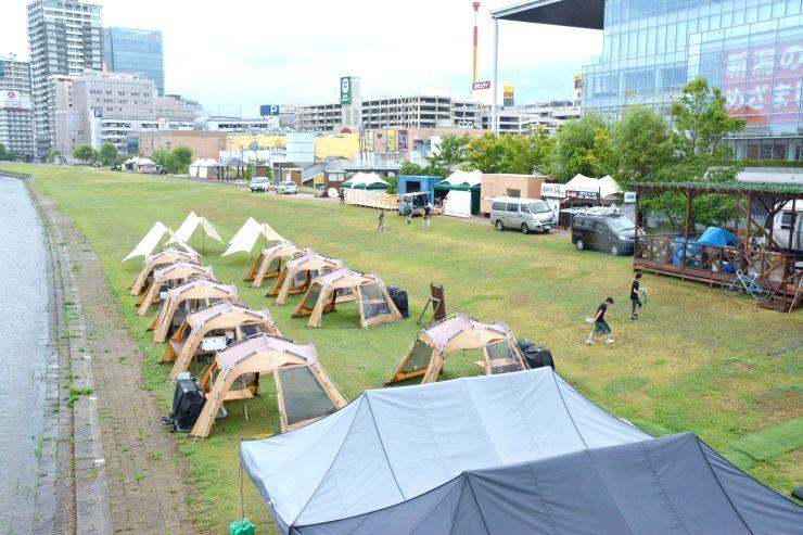 開幕に向けて準備が進む「ミズベリング信濃川やすらぎ堤2018」の会場=28日、新潟市中央区