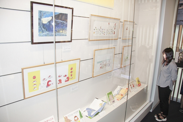 加古さんの絵本の複製原画が並ぶ特集展示=6月29日、福井県福井市の県ふるさと文学館