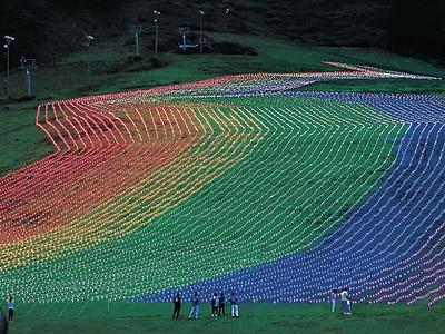一里野「七色」 ゲレンデにLED3万個点灯