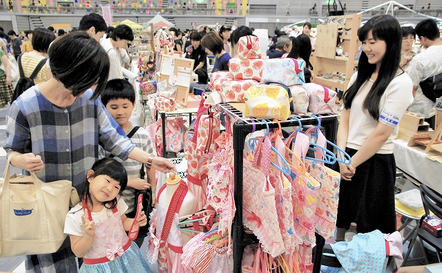 ハンドメード作品を求める大勢の家族連れらでにぎわうブース=6月30日、福井県のサンドーム福井