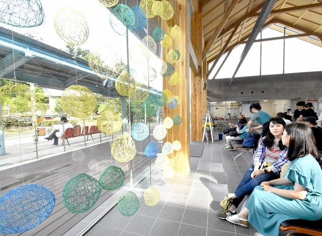 宇宙の浮遊感を表現した球体が涼しげな装飾=6月28日、福井県坂井市のえちぜん鉄道三国駅