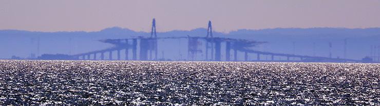 新湊大橋中央が反転し、両端が「Z」のように見えた春型蜃気楼=30日午後3時25分ごろ