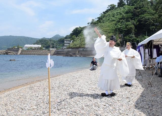 厳かに営まれた海開き神事=7月1日、福井県越前町厨