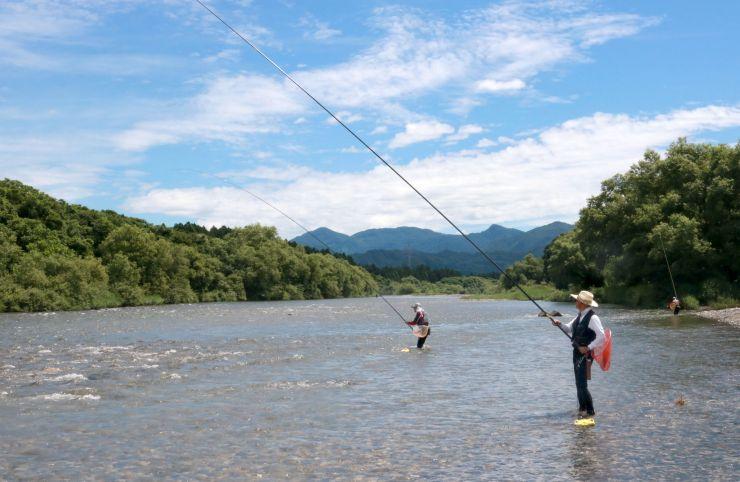 三面川でアユ釣りを楽しむ人たち=30日午前10時ごろ、村上市
