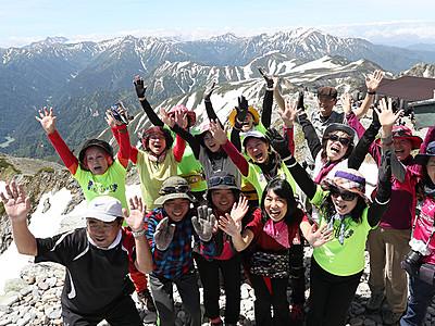 夏山本番、登頂に万歳 雄山で開山祭