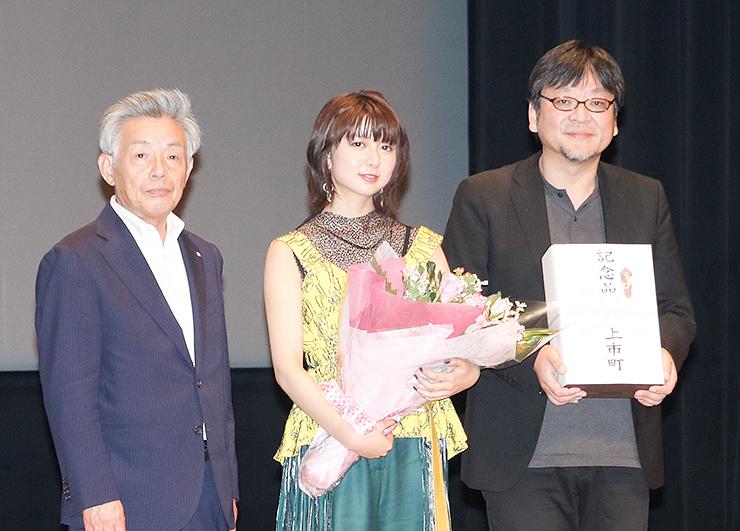 舞台あいさつで登壇した(右から)細田監督、上白石さん、中川町長=北アルプス文化センター