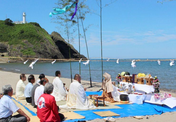 海水浴シーズンの安全を祈願する参列者ら=2日、新潟市西蒲区